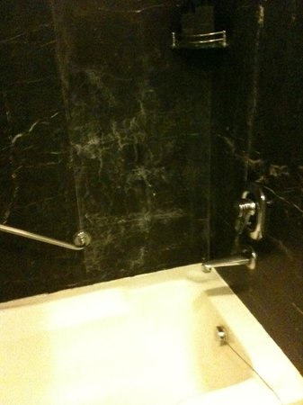 Sahara Star Hotel: Bathroom - Tub Area