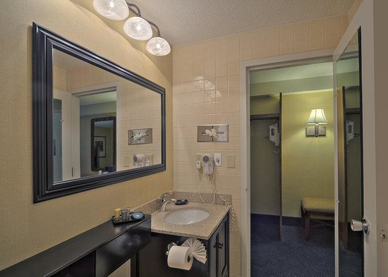 BEST WESTERN PLUS at Historic Concord: Sm Bath