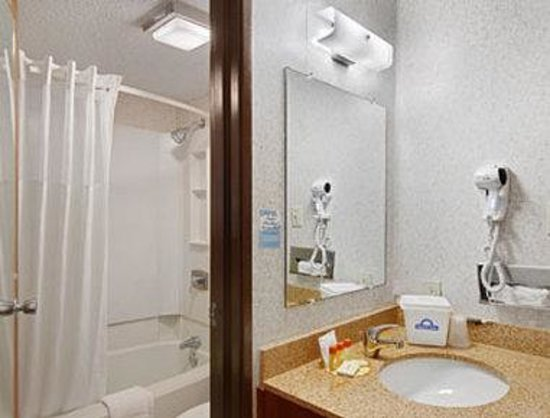 Days Inn Denton: Bathroom