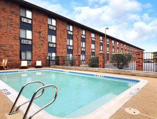 Days Inn Denton: Pool