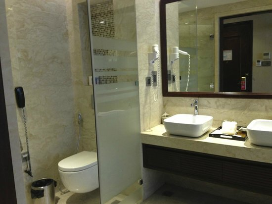 Luxury room bathroom picture of golden silk boutique for Best boutique hotel bathrooms