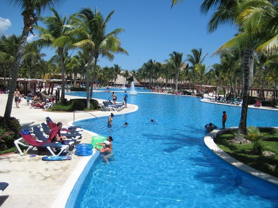 Barcelo Maya Tropical: Enormity of the Pool