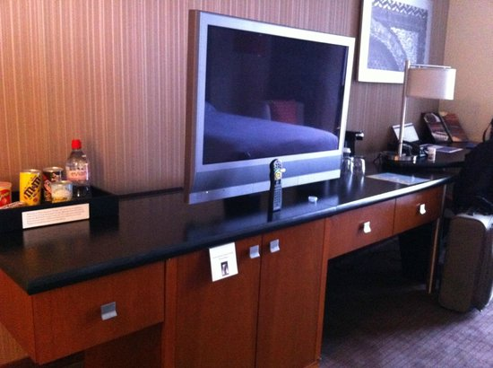 Hyatt Regency Chicago: TV/counter/desk