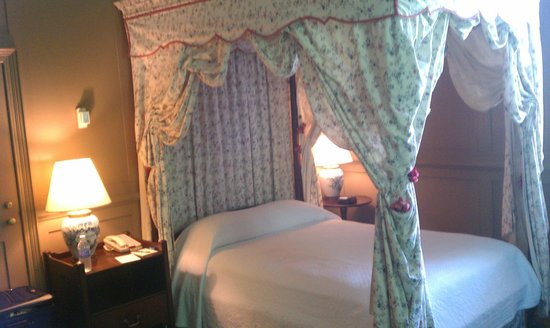 Williamsburg Inn: canopy bed
