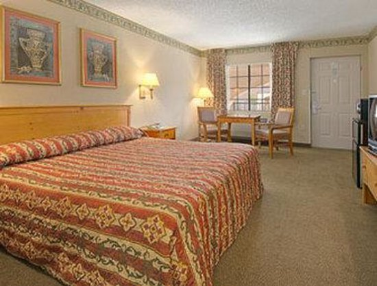Days Inn & Suites Starkville: Standard King Bed Room