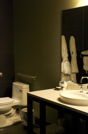 Iron Horse Hotel: Wheelchair accessible room bathroom