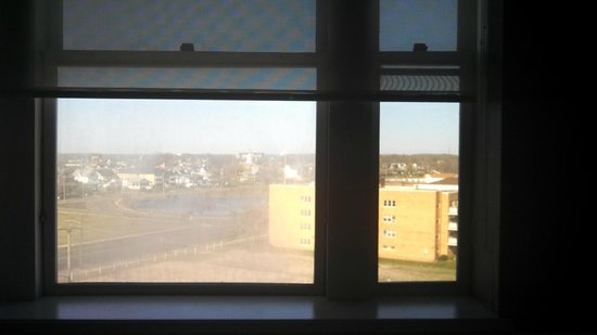 ‪‪Berkeley Oceanfront Hotel‬: Window on left is dirty; right is clean‬