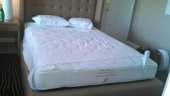 Berkeley Oceanfront Hotel: The short sheets on the bed