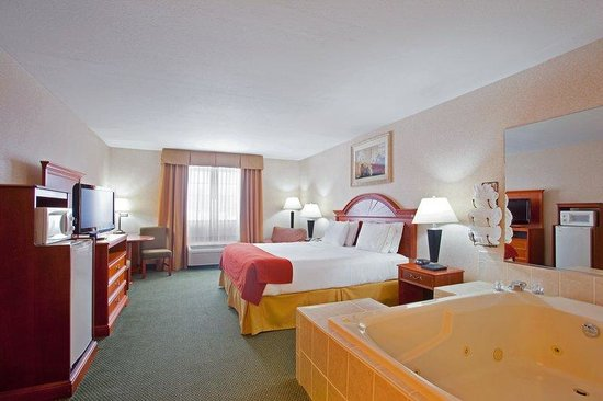 Holiday Inn Express Ludington: King Whirlpool Room