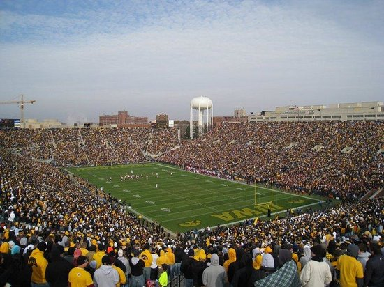 Holiday Inn Express Coralville: Our hotel near Kinnick Train is convenient for Hawkeye Fans!