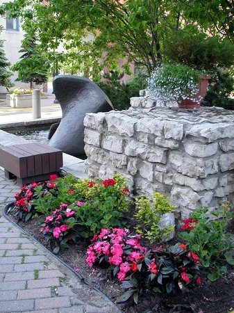 Holiday Inn Express Toronto Downtown : Sit and relax by our fountain wishes are free