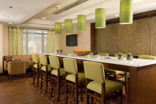 Hampton Inn Orlando-S. Of Universal Studios: Community Bar Seating