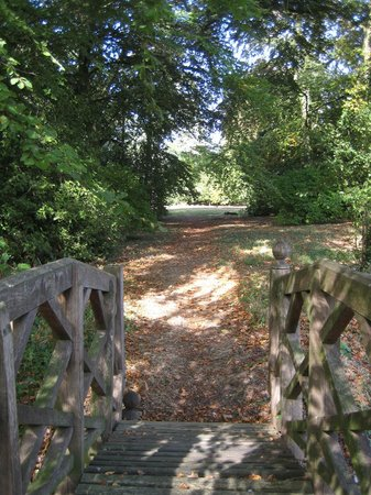 Sudbury, UK: The walk to the tennis court