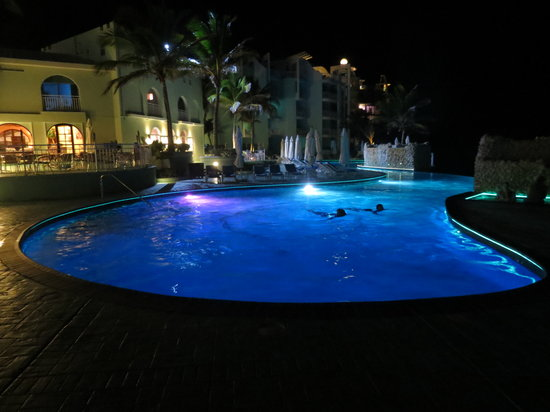 Oyster Bay Beach Resort: Pool at night