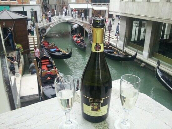 Hotel Violino d&#39;Oro: Prosecco at first floor common balcony... Perfect end of afternoon!