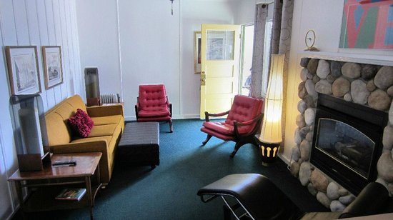 The Motor Lodge: Living room
