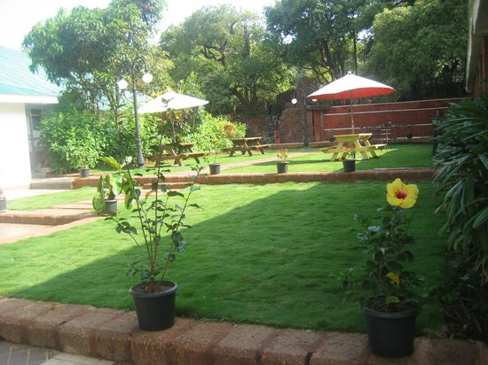 Citrus Chambers Mahabaleshwar: Beautiful lawn and garden