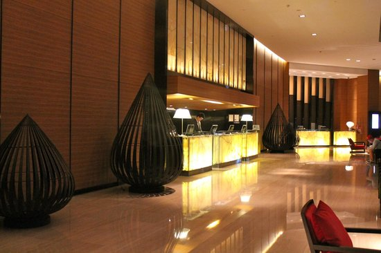 Anantara Bangkok Sathorn: Lobby at night