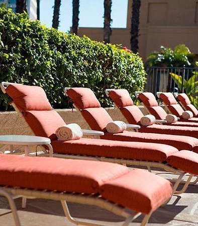 Courtyard by Marriott Irvine John Wayne Airport/Orange County: Pool Lounge Chairs