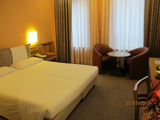Michelangelo Hotel: Nice sized bed with firm mattress