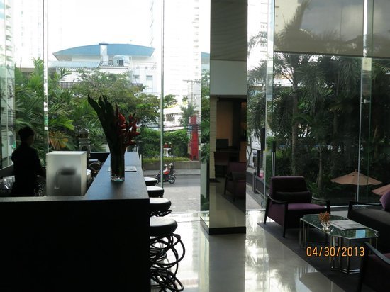 SilQ Bangkok: SILQ Bar and Lobby area