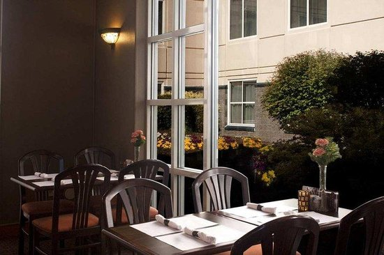 DoubleTree by Hilton Hotel - Richmond Airport: Wings Courtyard