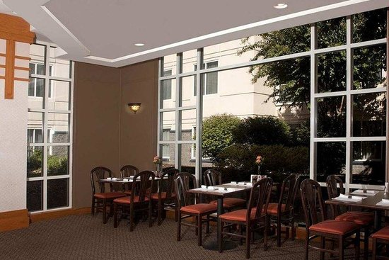 DoubleTree by Hilton Hotel - Richmond Airport: Wings Restaurant