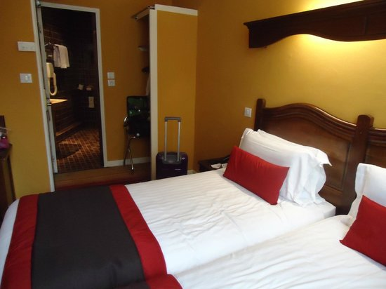 BEST WESTERN Trianon Rive Gauche Hotel: Our twin bedroom