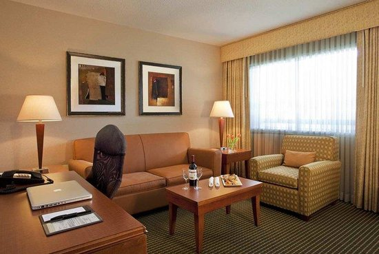 Doubletree by Hilton Hotel Minneapolis - Park Place: Two room suite's parlor
