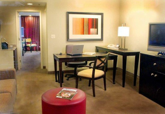 Embassy Suites North Shore / Deerfield: Suite Living Area