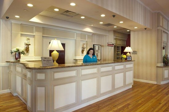 Hilton Garden Inn Savannah Historic District: Front Desk