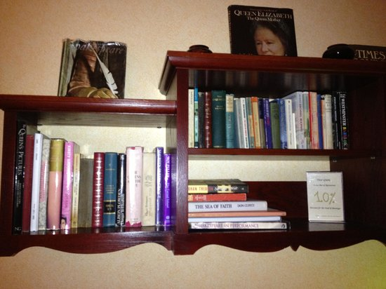Shakespeare Hotel: Book shelf in the room