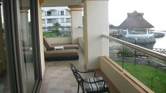 Aventura Spa Palace: The balcony was huge - sitting area &amp; Lounge area (2 bedroom suite)