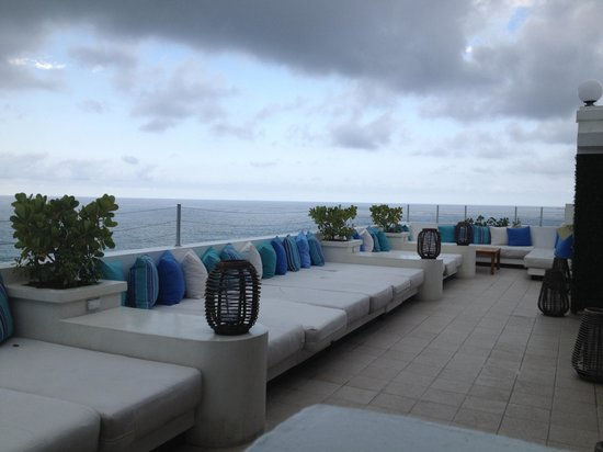San Juan Water & Beach Club Hotel: Terrace lounge seating (overcast)