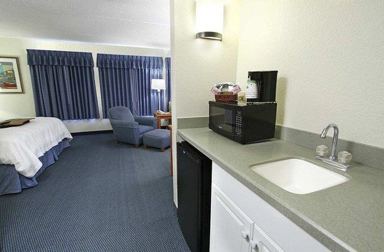 Hampton Inn Morehead City: King Suite Wet Bar