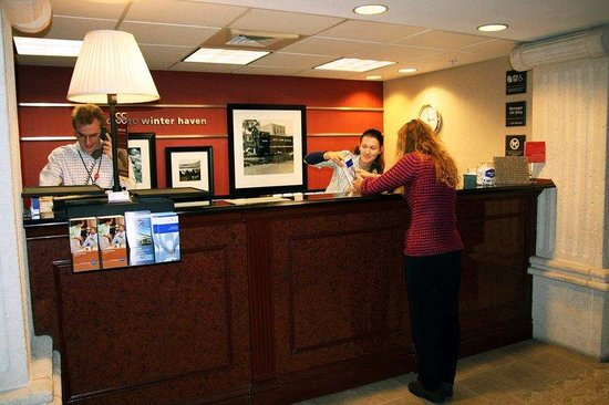 Hampton Inn Winter Haven: Front Desk
