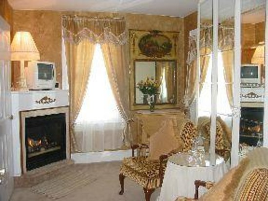 White Lilac Inn: Sitting room for Victorian Treasure Suite