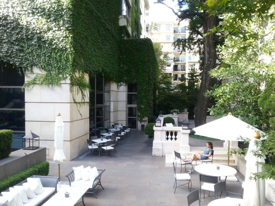 Palacio Duhau - Park Hyatt Buenos Aires: Outdoor seating neat breakfast area