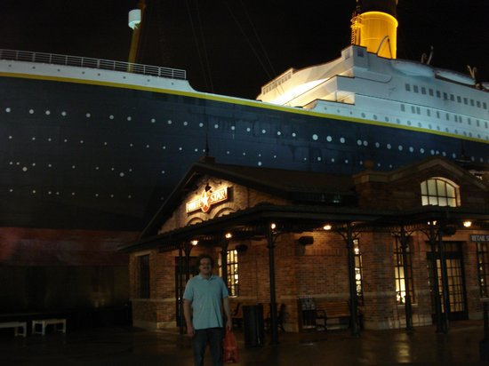 Titanic Museum Attraction: Boyfriend infront of museum