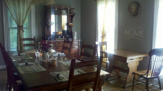 Amherst, OH: 5 Corners dining room