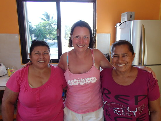Club Grand Slam : Mary, Lupita and Maria in the kitchen. 