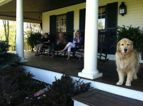 The Welsh Hills Inn: relaxing in front porch