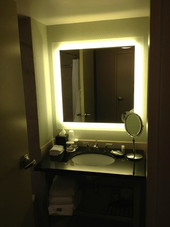 Westin Alexandria: room /bathroom area