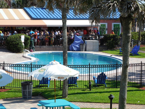 Seahorse Oceanfront Inn: Taken from the side balcony overlooking the pool and the Lemon Bar
