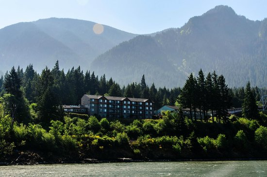 Cascade Locks, Oregn: Best Western Hotel from the Sternwheeler Cruise boat