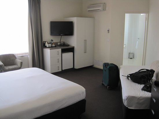 St Kilda, Australia: Hotel room with king sized bed