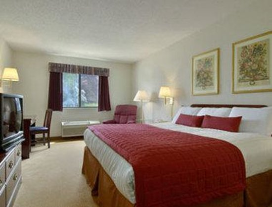 Baymont Inn &amp; Suites Whitewater: Standard King Bed Room