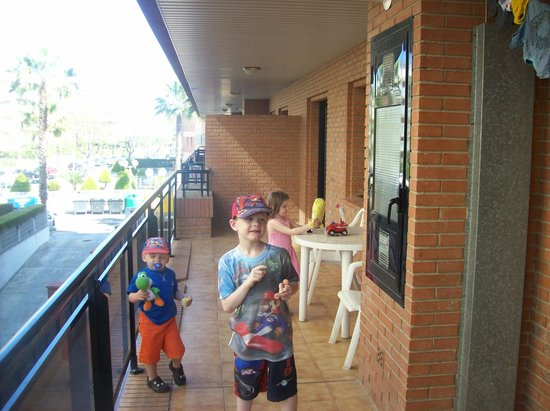 Hotel Villamarina Club: boys on the balcony