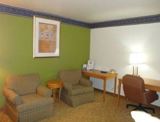 Grandville, MI: Queen Suite with Living Room