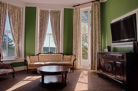 1886 Crescent Hotel & Spa: King Parlor Suite
